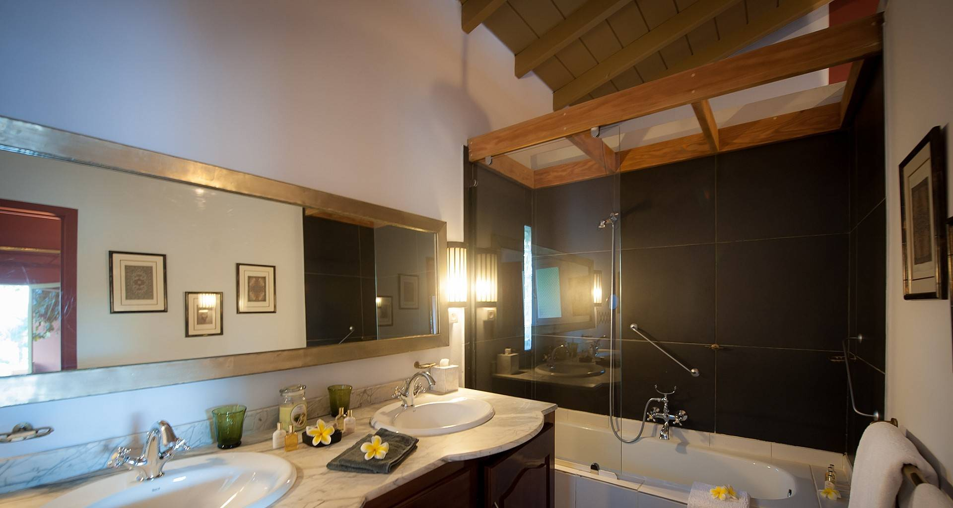 Villa African Queen Bedroom 3
